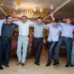 на корпоративе танцуют гости