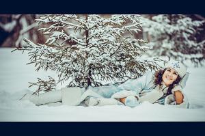 фотосессия в москве зимой- образ снегурочки под елочкой