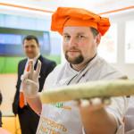 повар держит изделие для угощения на выставке_1