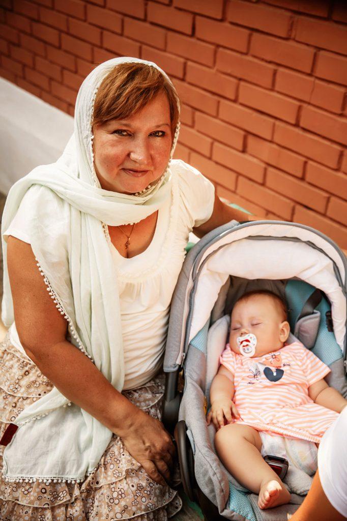 бабушка с внучкой крещение