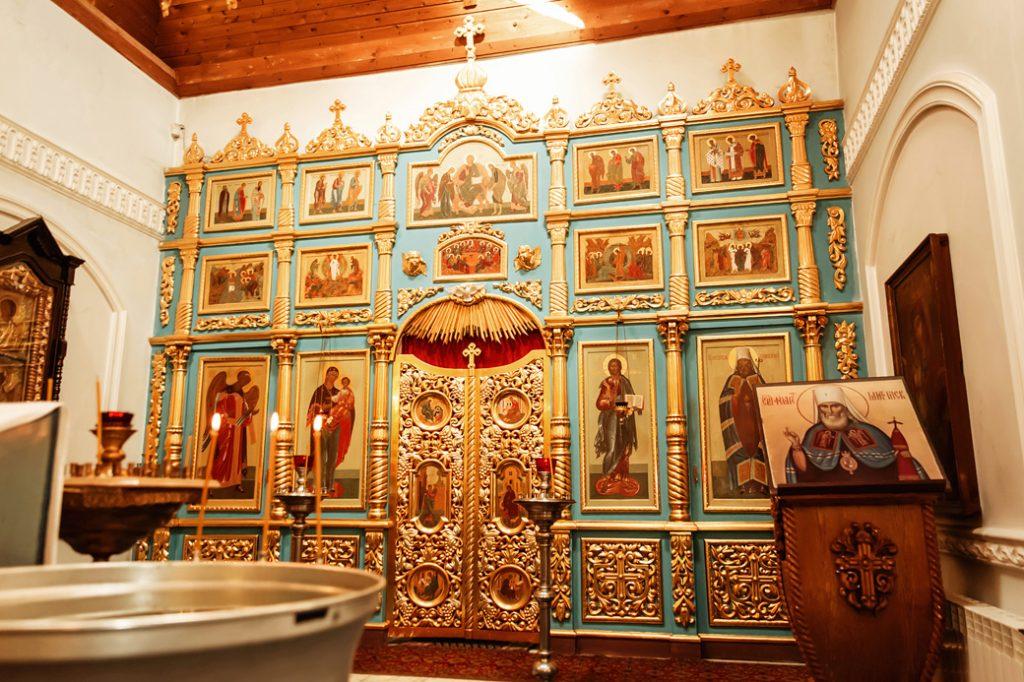 иконостас в храме во Владыкино, купель, свечи
