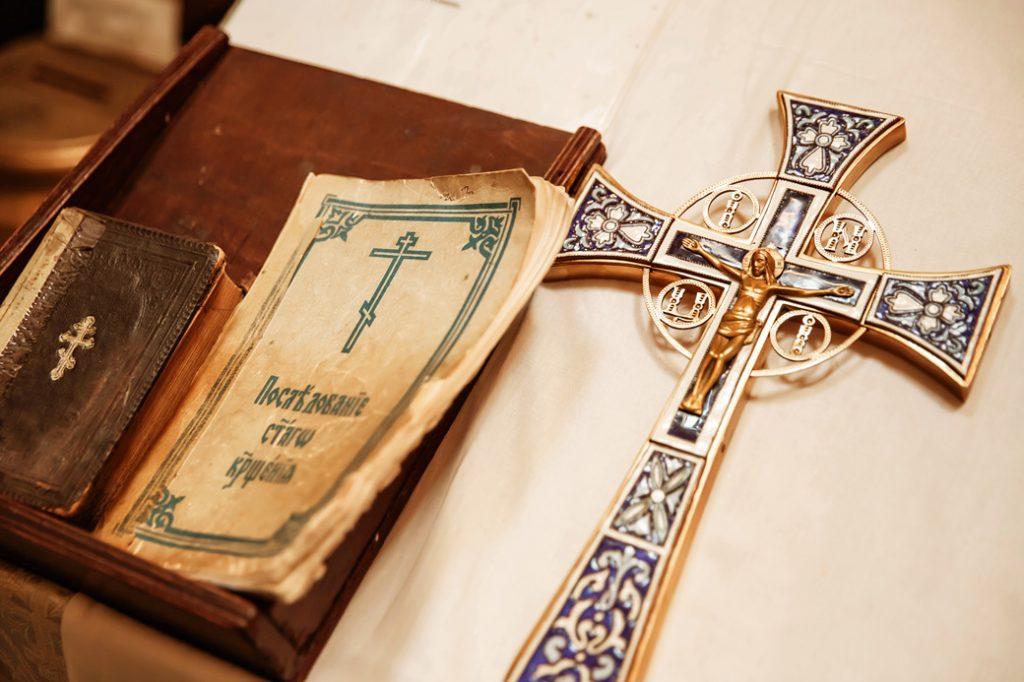 церковный крест, молитвенник